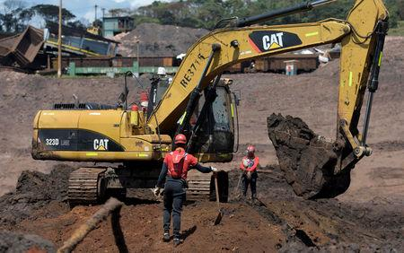 Members of a rescue team search for victims of a collapsed tailings dam owned by Brazilian mining company Vale SA, in Brumadinho, Brazil February 10, 2019. Picture taken February 10, 2019. REUTERS/Washington Alves