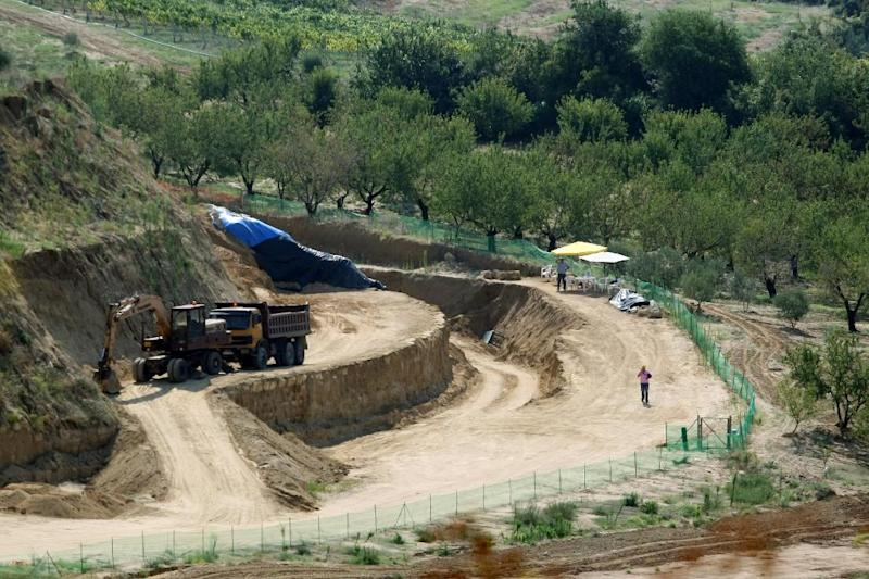 Photo taken on August 16, 2014 shows a view of the site where archaeologists have unearthed a funeral mound dating from the time of Alexander the Great, in Amphipolis, northern Greece (AFP Photo/Sakis Mitrolidis)