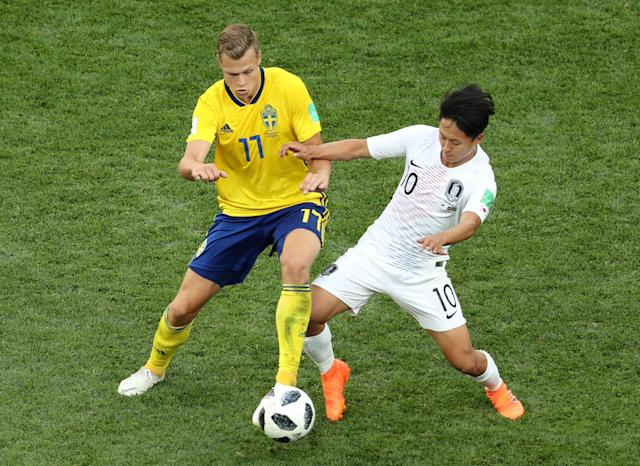 Soccer Football - World Cup - Group F - Sweden vs South Korea - Nizhny Novgorod Stadium, Nizhny Novgorod, Russia - June 18, 2018 Sweden's Viktor Claesson in action with South Korea's Lee Seung-woo REUTERS/Lucy Nicholson