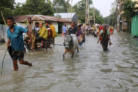 Bangladesh rivers break their banks, forcing 400,000 to flee homes