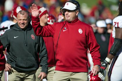 Bob Stoops celebrates during OU's win over Iowa State last week. (USA TODAY Sports)