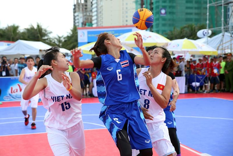 Players compete during a women's 3-on-3 basketball match between Vietnam (white) and Thailand, during the Asian Beach Games in Vietnam's central coastal city of Danang (AFP Photo/Quang Minh)