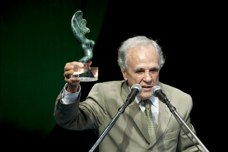 RIO DE JANEIRO, BRAZIL - DECEMBER 20: Former pugilist Eder Jofre accepts a homage during the ceremony of Brazil's Olympics award Premio Brasil Olimpico at the MAM Theater on December 20, 2010 in Rio de Janeiro, Brazil. (Photo by Buda Mendes/LatinContent via Getty Images)