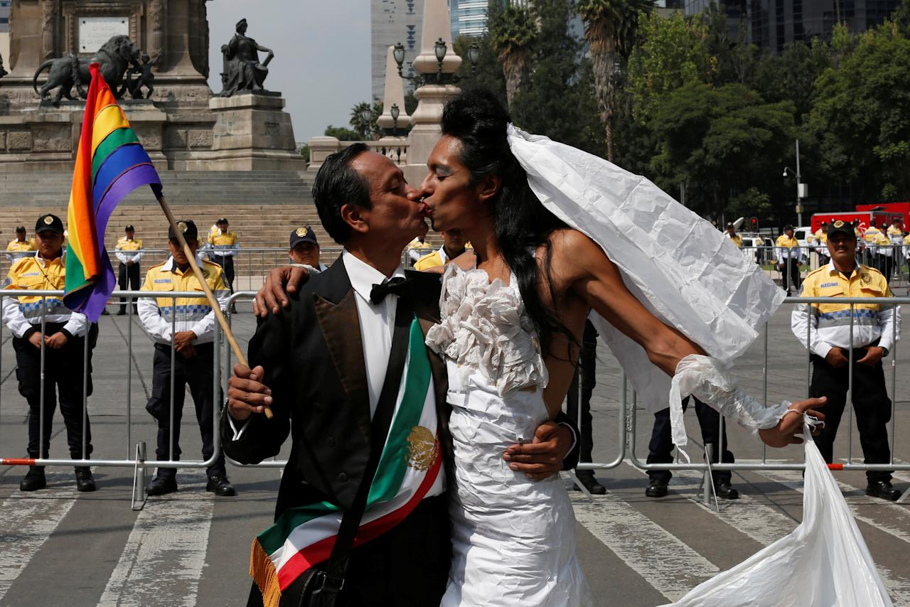 Participants kiss during a gathering at the Angel of Independence monument in support for the legalization of gay marriage while others protest against it and defend their interpretation of traditional family values, in Mexico City, Mexico September 24, 2016.  REUTERS/Carlos Jasso