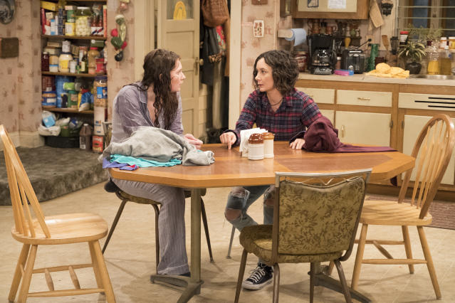 Sara Gilbert and Emma Kenney on the set of <em>Roseanne</em>. (Photo: Getty Images)