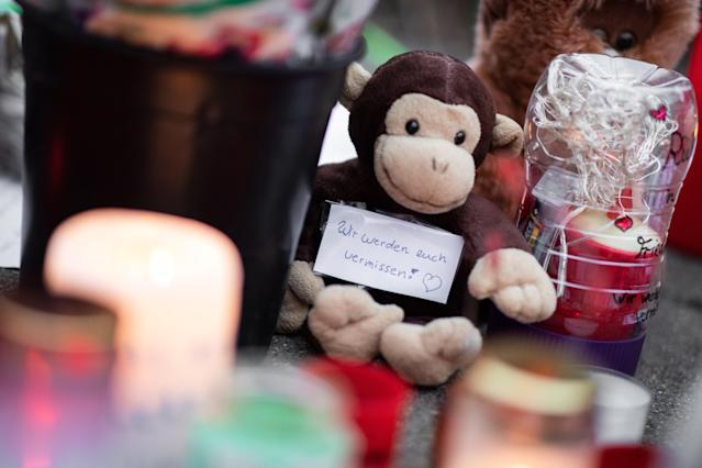 """""""We'll miss you!"""" is written on a slip of paper stuck to a stuffed monkey. Photo: Marcel Kusch/dpa (Photo by Marcel Kusch/picture alliance via Getty Images)"""