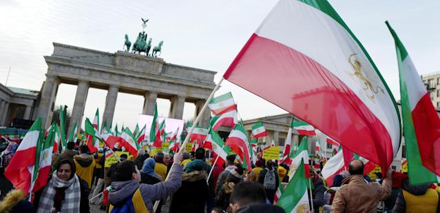 <p>People demonstrate in front of the Brandenburg Gate to support protests across Iran, in Berlin, Germany, Jan. 6, 2018. (Photo: Hannibal Hanschke/Reuters) </p>