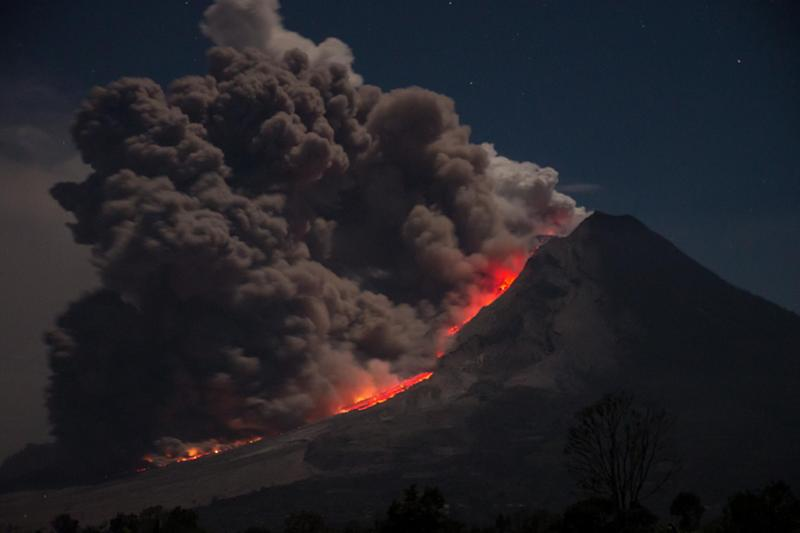 Mount Agung: Bali volcano erupts with flights cancelled due to thick ash spreading across island
