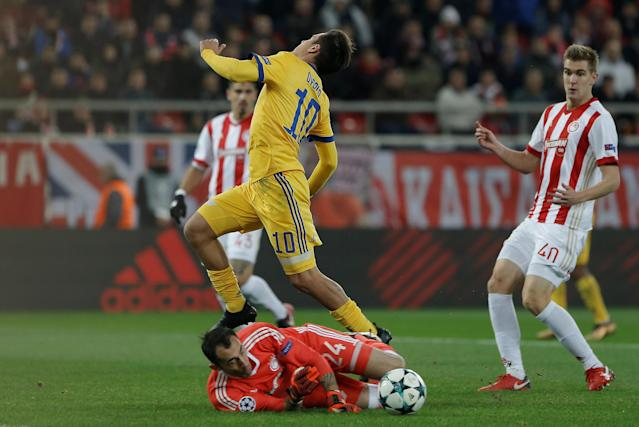 Soccer Football - Champions League - Olympiacos vs Juventus - Karaiskakis Stadium, Piraeus, Greece - December 5, 2017 Juventus' Paulo Dybala in action with Olympiacos' Silvio Proto REUTERS/Alkis Konstantinidis
