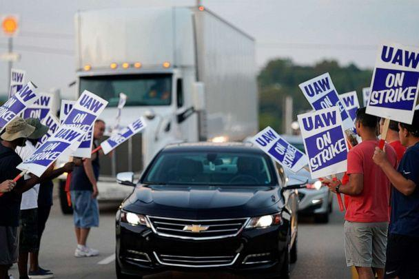 PHOTO: General Motors assembly workers picket outside the General Motors Bowling Green plant during the United Auto Workers (UAW) national strike in Bowling Green, Kentucky, Sept. 17, 2019. (Bryan Woolston/Reuters)