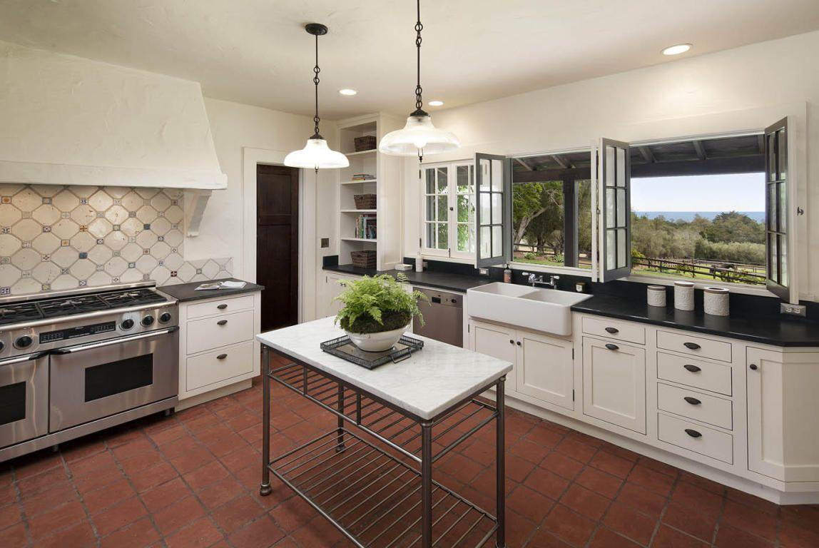 Appliances are modern. (Photos: Images courtesy of Trulia)