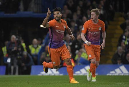 Britain Soccer Football - Chelsea v Manchester City - Premier League - Stamford Bridge - 5/4/17 Manchester City's Sergio Aguero celebrates scoring their first goal with Kevin De Bruyne Reuters / Toby Melville Livepic