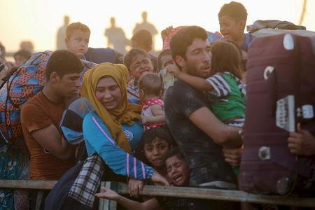 Displaced Sunni people, who fled the violence in the city of Ramadi, arrive on the outskirts of Baghdad, Iraq in this May 19, 2015 file photo. REUTERS/Stringer/Files