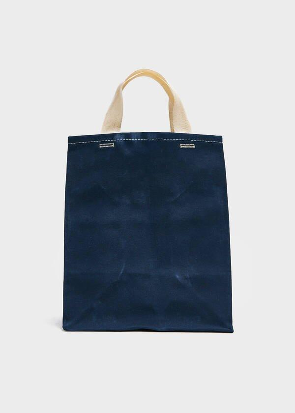 "Help your mom abide by the no-plastic-bag rule by giving her this reusable 100% cotton alternative. <br> <br> <strong>WAAM</strong> Small Market Bag in Navy, $, available at <a href=""https://go.skimresources.com/?id=30283X879131&url=https%3A%2F%2Fneedsupply.com%2Fsmall-market-bag-in-navy%2FLJB100762.html"" rel=""nofollow noopener"" target=""_blank"" data-ylk=""slk:Need Supply"" class=""link rapid-noclick-resp"">Need Supply</a>"