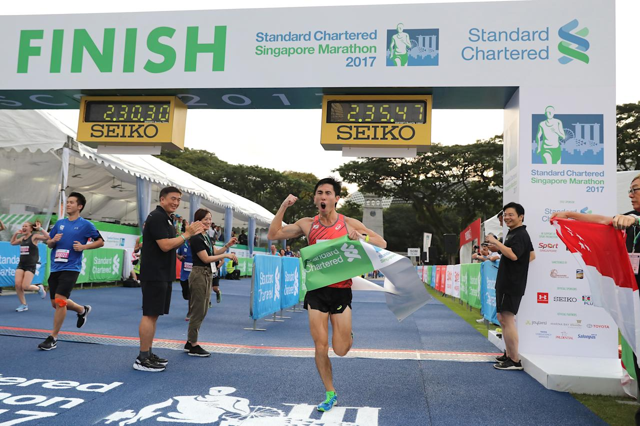 <p>National runner and 2017 SEA Games marathon champion, Soh Rui Yong was the first Singapore male runner to complete the full marathon of the Standard Chartered Singapore Marathon with an official time of 02:35:55. He also ranks no. 14 in the full marathon's overall ranking. Photo: Standard Chartered Singapore Marathon 2017 </p>