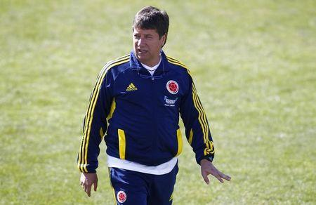 """Colombia's national soccer team coach Hernan Dario """"El, Bolillo"""" Gomez attends a training session in Jujuy July 3, 2011. Colombia will play Argentina in their Copa America Group A soccer match on Wednesday. REUTERS/Jorge Silva"""