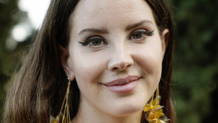 "Ecoutez Lana Del Rey lire en musique un extrait de son album de poèmes ""Violet Bent Backwards Over The Grass"""