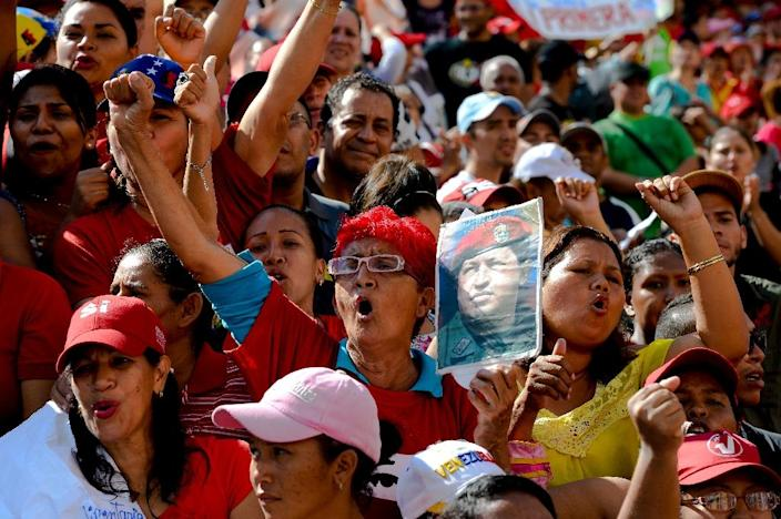 Backers of Venezuela's President Nicolas Maduro rally in support of the new government's plan to distribute food through the Supply and Production Committees, in Caracas, on June 8, 2016 (AFP Photo/Federico Parra)