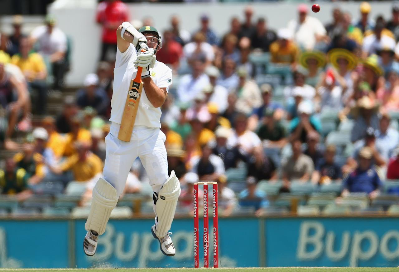 PERTH, AUSTRALIA - NOVEMBER 30: Graeme Smith of South Africa deflects a high ball from Australian bowler Mitchell Johnson during day one of the Third Test Match between Australia and South Africa at the WACA on November 30, 2012 in Perth, Australia.  (Photo by Robert Cianflone/Getty Images)