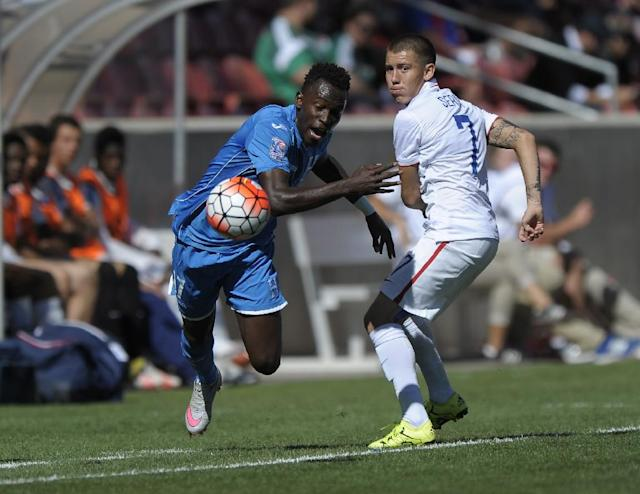 Alberth Elis (L) of Honduras and Dillon Serna of the US compete for the ball during their CONCACAF Olympic qualifying semi-final match, at Rio Tinto Stadium in Sandy, Utah, on October 10, 2015 (AFP Photo/Gene Sweeney Jr.)
