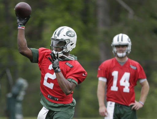 While New York Jets quarterback Sam Darnold, right, watches, quarterback Teddy Bridgewater throws during practice at the NFL football team's training camp in Florham Park, N.J., Tuesday, May 22, 2018. (AP Photo/Seth Wenig)
