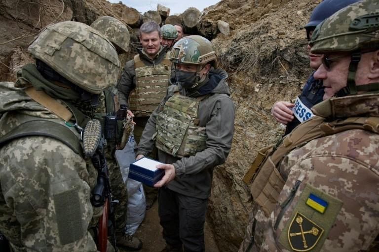 Zelensky meets Ukrainian soldiers in a frontline trench