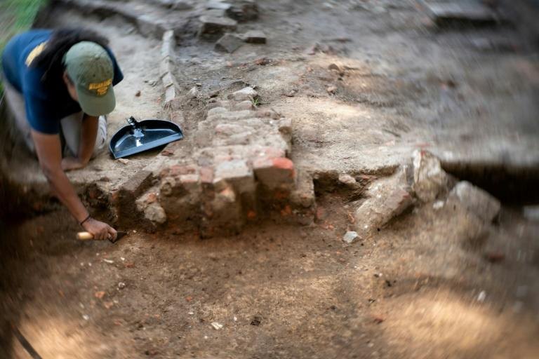 Archaeologist Charde Reid works at a dig site in Jamestown, Virginia associated with Angela, who historians say is the first documented African woman in Virginia (AFP Photo/Brendan Smialowski)