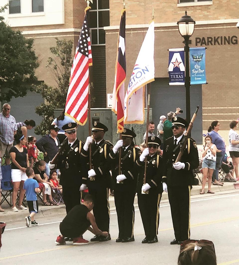 """Police in Arlington, Texas are awarding a young boy a """"Chief Challenge Coin"""" for helping an Honor Guard tie his shoelace during the Fourth of July Parade. (Photo: Twitter/ArlingtonChief)"""