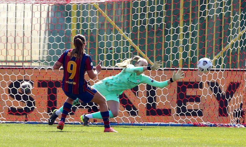 Barcelona's Mariona Caldentey beats Ellie Roebuck from the penalty spot to make it 2-0