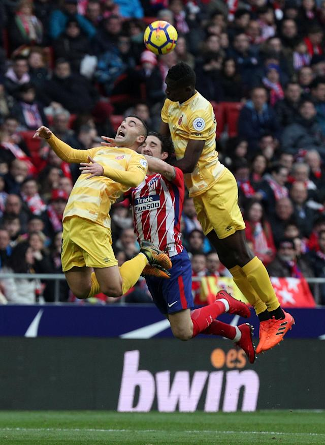 Soccer Football - La Liga Santander - Atletico Madrid vs Girona - Wanda Metropolitano, Madrid, Spain - January 20, 2018 Girona's Borja and Michael Olunga in action with Atletico Madrid's Sime Vrsaljko REUTERS/Sergio Perez
