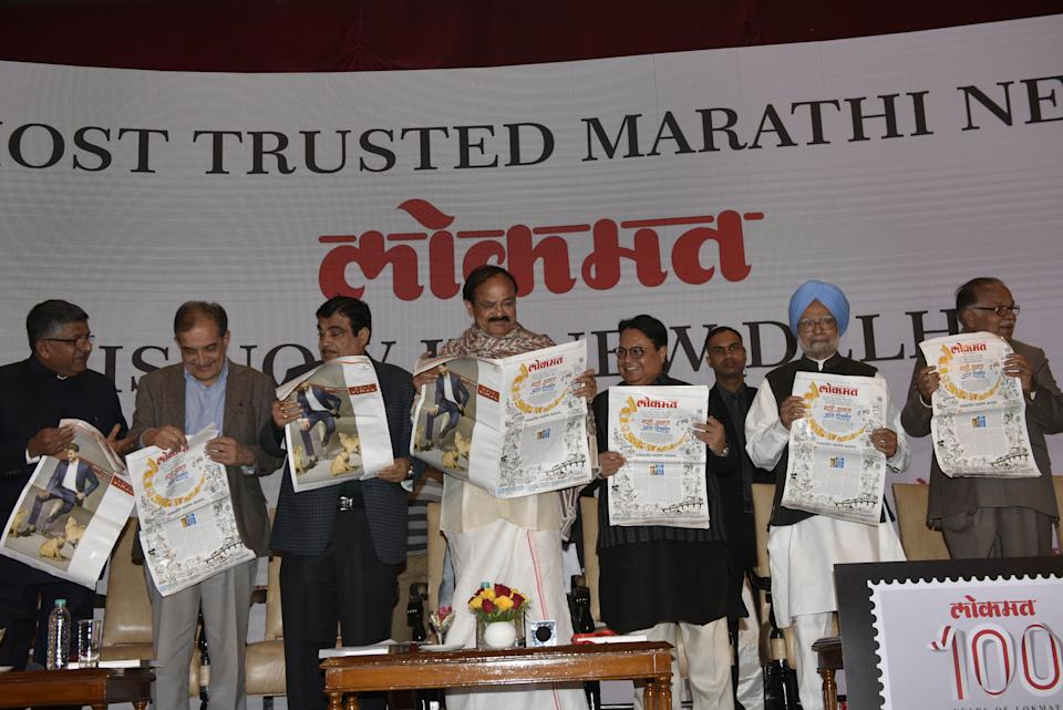 Vice President Venkiah Naidu (C), former prime minister Manmohan Singh (2 R) and Lokmat Media Group Chairman Vijay Darda (3 R), Nitin Gadkari (3 L) with others at launch Marathi daily Lokmat's Delhi edition in its centenary year on December 14, 2017 in New Delhi (Photo: Hindustan Times via Getty Images)