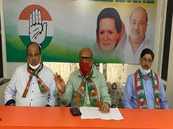 Former Chief Minister of Goa Digambar Kamat (centre) at the press conference (Photo/ANI)