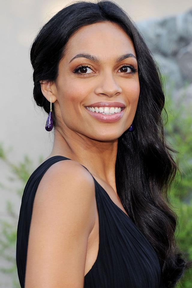 <p>Gather a wavy head of hair to one side and brush through it to replicate Rosario Dawson's cascading waves.  <span></span></p>