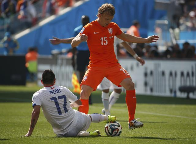 Dirk Kuyt of the Netherlands (R) fights for the ball with Chile's Gary Medel during their 2014 World Cup Group B soccer match at the Corinthians arena in Sao Paulo June 23, 2014. REUTERS/Sergio Moraes (BRAZIL - Tags: SOCCER SPORT WORLD CUP)