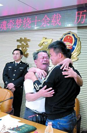 Tears of joy streamed down from the faces of the father and son who were finally reunited after 13 years. Source: Guangzhou Daily