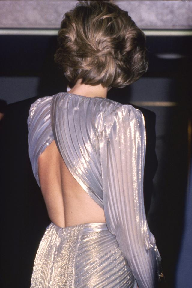 <p>Was für ein entzückender Rücken! In einem Plisseekleid im heute wieder so angesagtem Metallic-Look von Bruce Oldfield bezaubert Diana 1985 die Gäste eines Charity Events in London. </p>