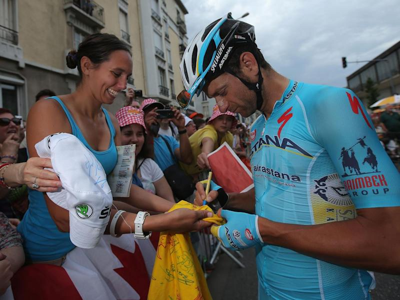 Scarponi signs a T-shirt for a fan (Getty)