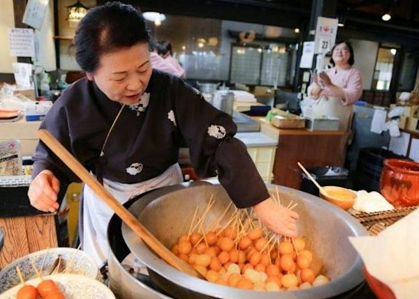 ▲ Delicious konjac balls simmering in a large pot!