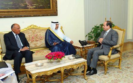 Egyptian President Abdel Fattah al-Sisi (R) speaks with Kuwait's Foreign Minister Sabah Al-Khalid al-Sabah (C), in the presence of Egypt's Foreign Minister Sameh Shoukry (L), in Cairo, Egypt July 17, 2017. Egyptian Presidency/Handout via REUTERS