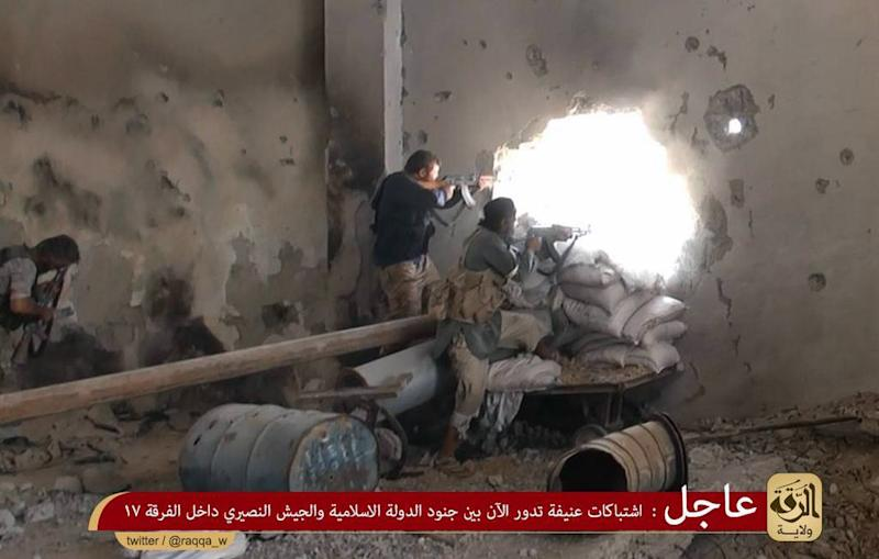 An image obtained from jihadist media outlet Welayat Raqa on July 25, 2014 allegedly shows Islamic State (IS) members firing towards Syrian forces in the rebel-held Syrian city of Raqa (AFP Photo/)