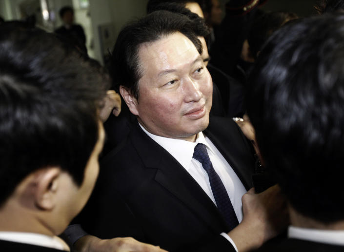 <p> SK Group Chairman Chey Tae-won arrives at the Seoul Central District Court in Seoul, South Korea, Thursday, Jan. 31, 2013. A Seoul court has sentenced Chey to four years in prison for embezzling millions of dollars of company money for personal investments.(AP Photo/Ahn Young-joon) </p>