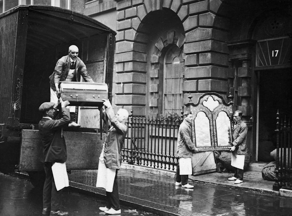 May 1923:  Workmen remove the Duke of York's furniture from 17 Bruton Street, London. The house belongs to the Strathmores, the parents of the Duchess of York.  (Photo by Topical Press Agency/Getty Images)