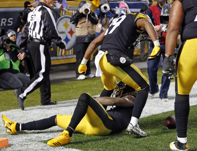 Pittsburgh Steelers wide receiver Martavis Bryant, bottom, celebrates his touchdown with JuJu Smith-Schuster. (AP)