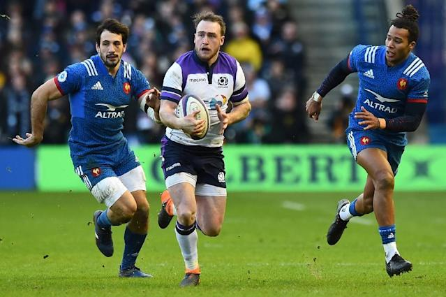 Scotland's full-back Stuart Hogg (C) runs the ball during the Six Nations international rugby union match between Scotland and France at Murrayfield Stadium in Edinburgh on February 11, 2018 (AFP Photo/ANDY BUCHANAN )