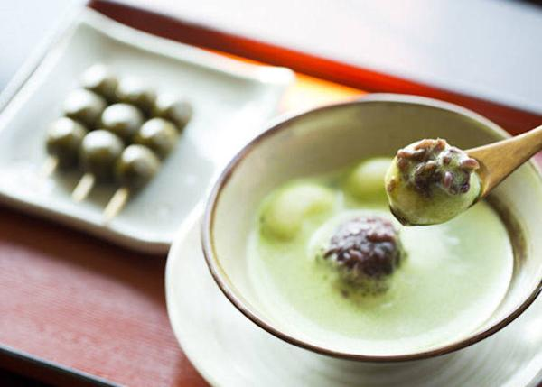 ▲Matcha zenzai (served cold) and cha-dango (tea rice dumpling) set 'Sawarabi Set' 900 yen (tax included)