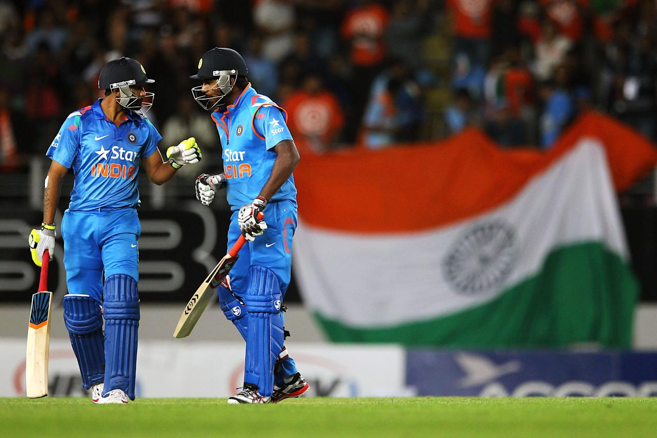 AUCKLAND, NEW ZEALAND - JANUARY 25: Ravindra Jadeja and Varun Aaron of India prepare for the last ball during the One Day International match between New Zealand and India at Eden Park on January 25, 2014 in Auckland, New Zealand.  (Photo by Anthony Au-Yeung/Getty Images)