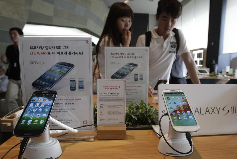 Samsung Electronics' Galaxy S III phones are displayed at a mobilephone shop in Seoul, South Korea, Monday, Aug. 27, 2012. After more than three weeks of trial in the U.S. and two days of deliberations, the nine-person jury said Friday that Samsung copied Apple's iPhone and iPad and ordered the South Korean firm to pay more than $1 billion in damages. (AP Photo/Ahn Young-joon)