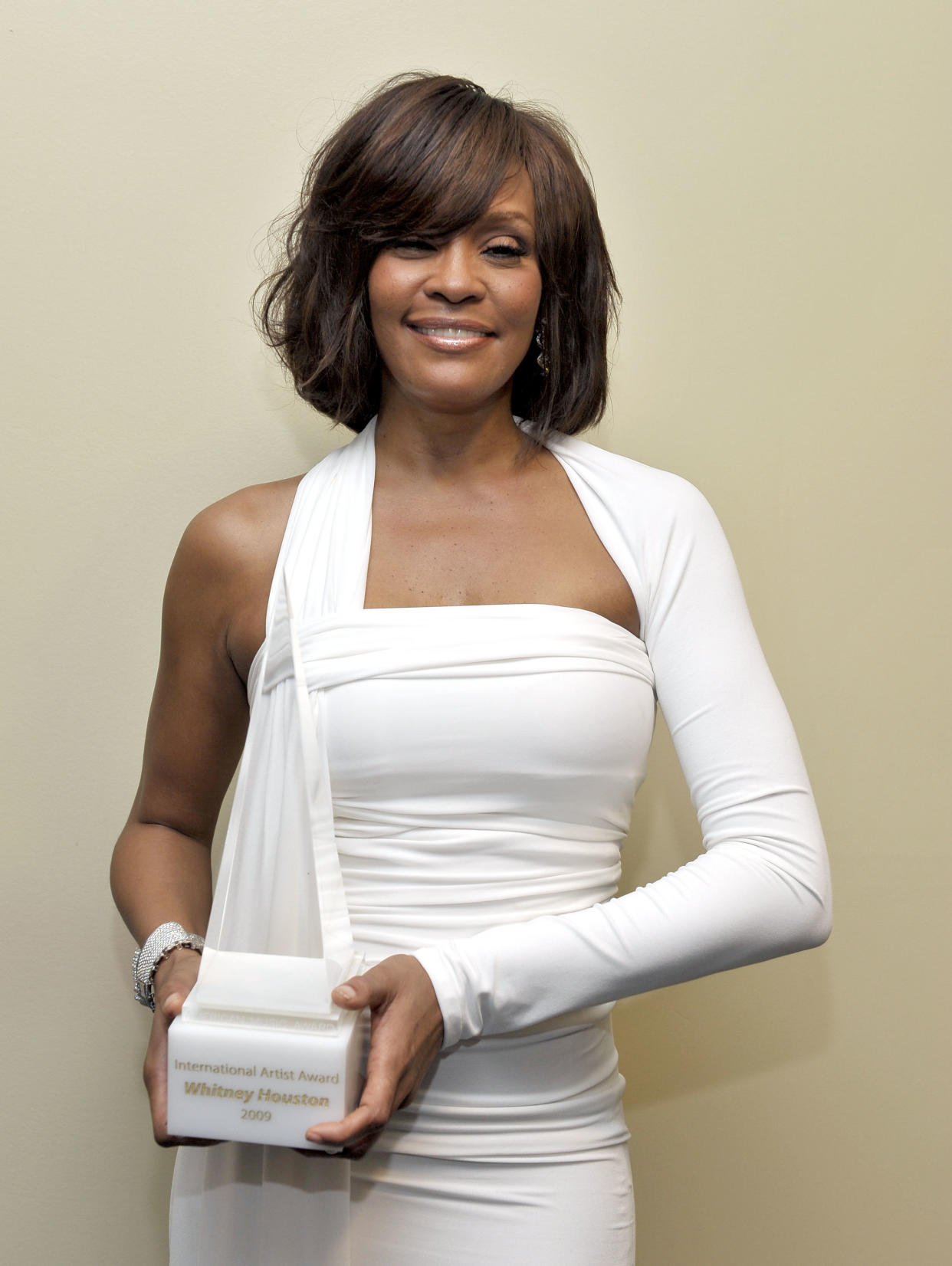 LOS ANGELES, CA - NOVEMBER 22:  Singer Whitney Houston poses with the Winner of International - Favorite Artist Award backstage at the 2009 American Music Awards at Nokia Theatre L.A. Live on November 22, 2009 in Los Angeles, California.  (Photo by Charley Gallay/AMA2009/Getty Images for DCP)