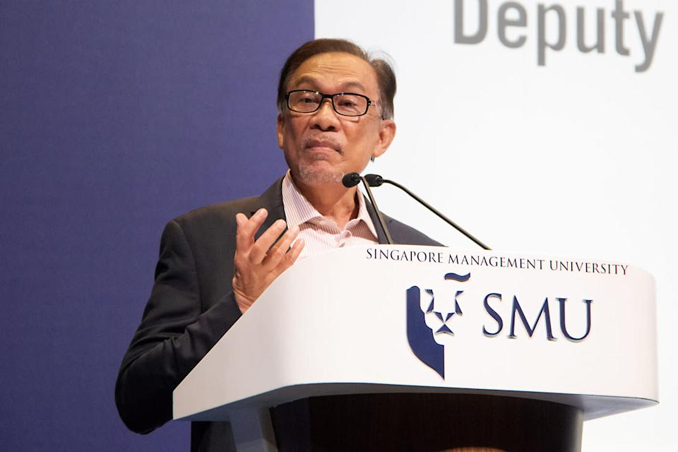 """Malaysia's former deputy prime minister Anwar Ibrahim giving a talk titled """"Leadership in the 21st Century: Winds of Change"""" at the 10th Ho Rih Hwa Leadership Lecture Series on 20 September, 2018. (PHOTO: Dhany Osman/Yahoo News Singapore)"""