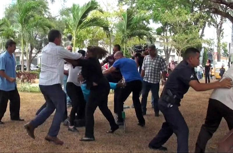 An image grab released by La Estrella de Panama shows pro- and anti-Cuba demonstrators fighting outside the Cuban Embassy in Panama City on April 8, 2015, on the eve of the VII Summit of the Americas (AFP Photo/)